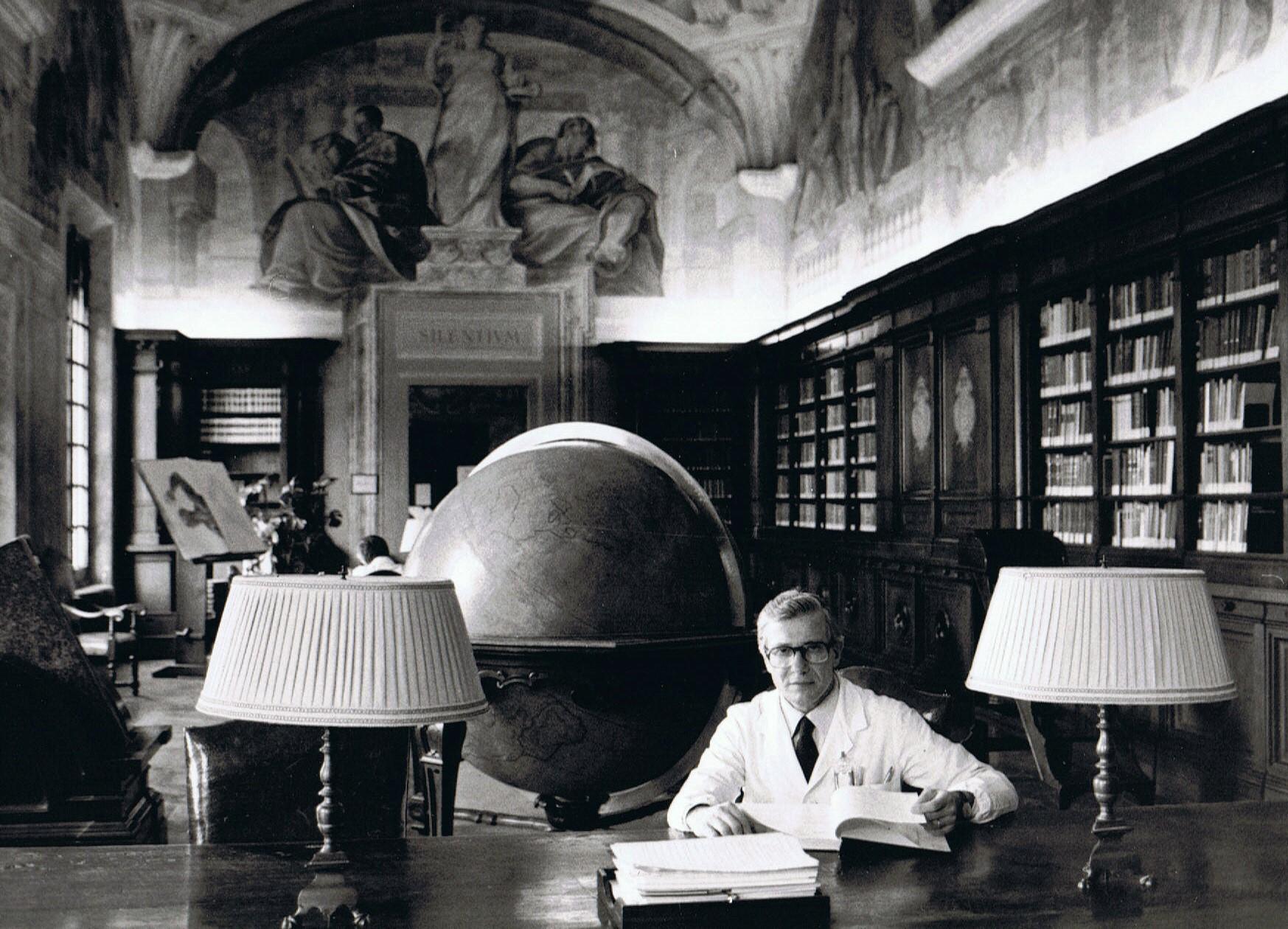 Prof. Mario Campanacci nella Biblioteca dell'Istituto Ortopedico Rizzoli